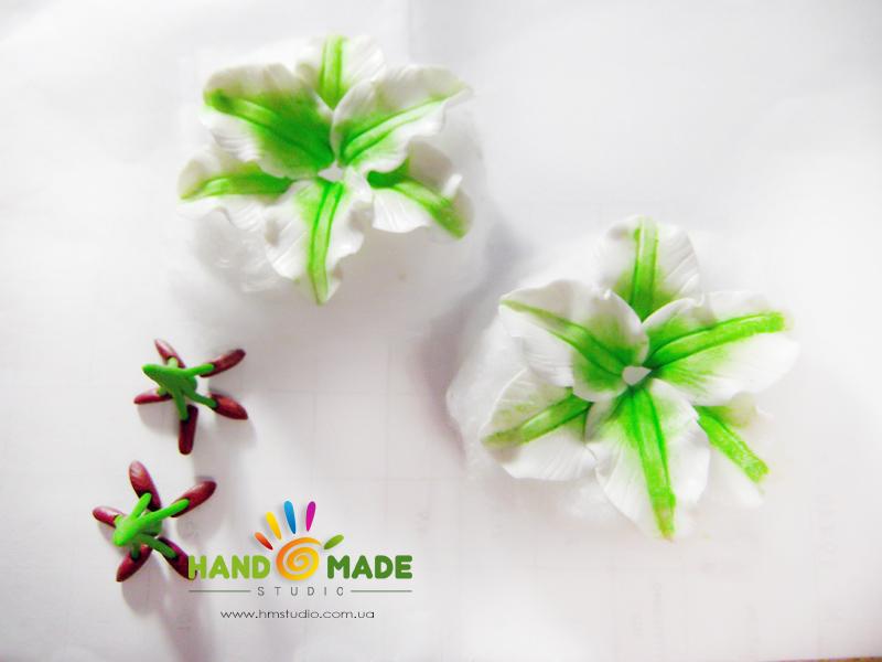 belo-zelenue-liliy-14