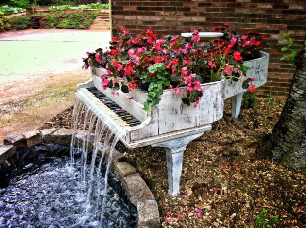 designheroes._us_2013_02_01_old-piano-turned-into-outdoor-fountain_-630x470