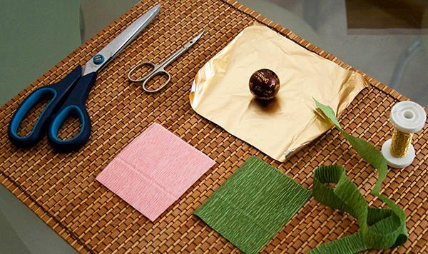 diy-rose-wedding-arrangement-rosebuds-ferrero-rocher-chocolates2