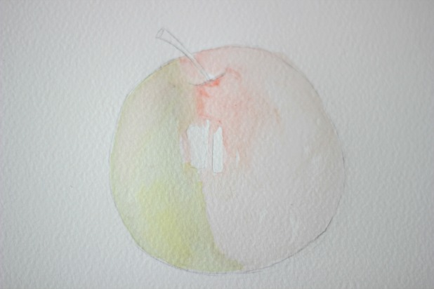 Намочите другую сторону яблока и покрасьте разбавленной красной краской.