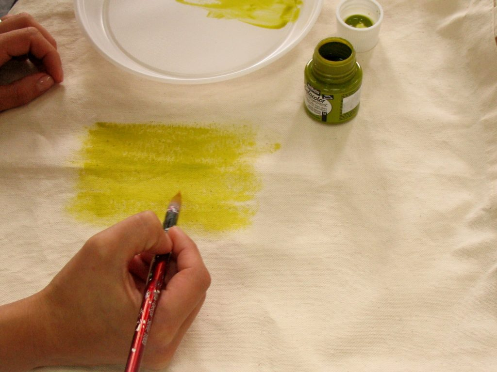 набираем фон для стеблей краской сильно разбавленной водой