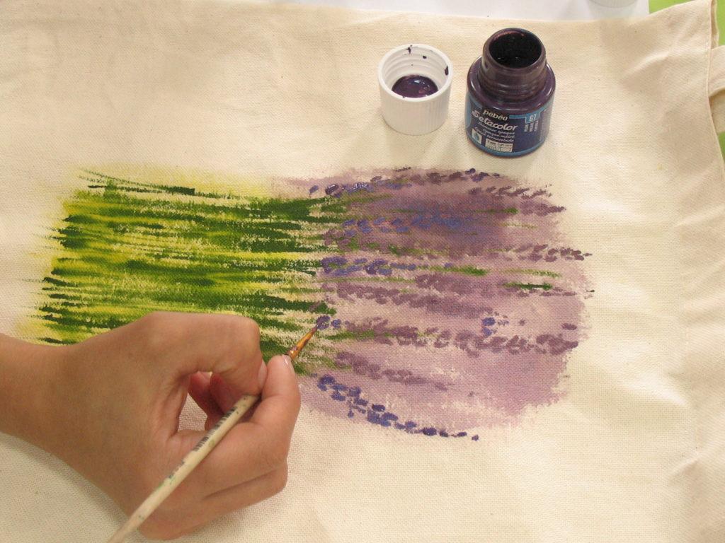 прорисовываем цветочки фиолетовыми красками различных оттенков
