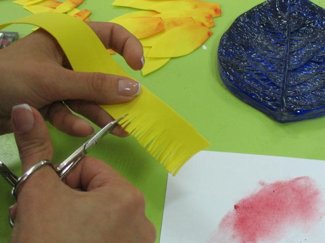 нарезаем бахрамой полоску 2,5 см х 30 см желтого цвета