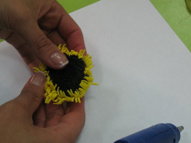 накручиваем сверху желтую полоску, нагреваем на утюге и растрепываем пальцами