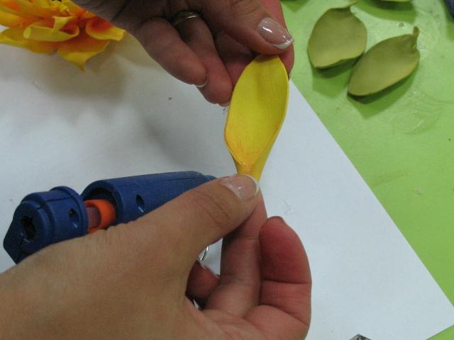 крупные лепестки перед приклеиванием загибаем на клей у основания, чтоб придать характерную форму