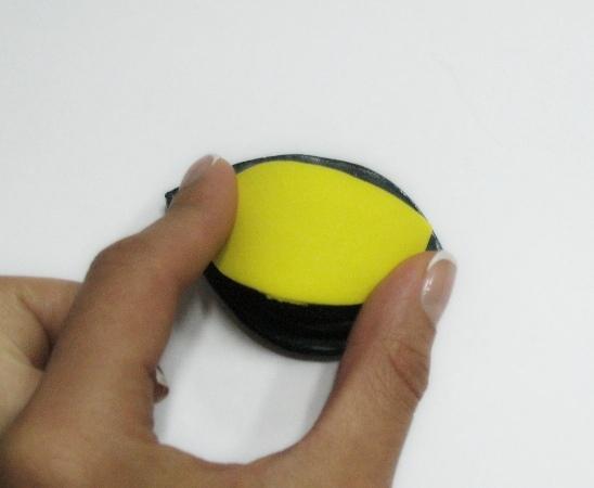 нагревая на утюге, придаем текстуру всем крупным желтым лепесткам на молде, а кончик подкручиваем пальцами