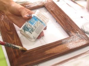 покроем поверхность кракелюрным лаком и оставим подсохнуть до отлипа пальца